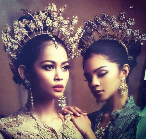 Love this head pieces.